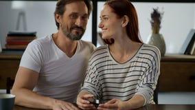 Upof de taille un couple affectueux positif se reposant à la maison clips vidéos