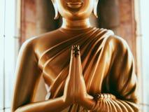 Upof vicino le mani della statua Buddha fotografia stock libera da diritti