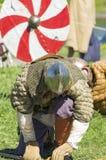 Upokarzający Viking klęczy puszek jako znak porażka Obrazy Stock