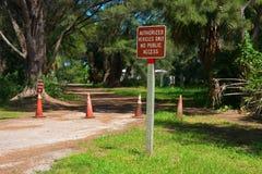 UPOWAŻNIAJĄCY pojazdy TYLKO Podpisują wewnątrz natura parka ŻADNY JAWNY dostęp Zdjęcia Royalty Free
