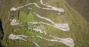 Uppåt- och neråt den flyg- sikten för surr av bergvägen i Italien från byn av Nembro till Selvino stock video
