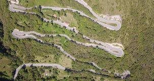 Uppåt- och neråt den flyg- sikten för surr av bergvägen i Italien från byn av Nembro till Selvino lager videofilmer
