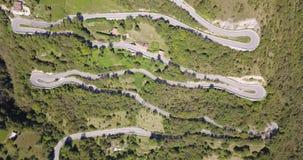 Uppåt- och neråt den flyg- sikten för surr av bergvägen i Italien från byn av Nembro till Selvino arkivfilmer