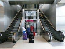 Uppåt- och neråt den tomma rulltrappan Fotografering för Bildbyråer