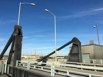 Uppåt- och neråt för attraktionbron arkivbilder