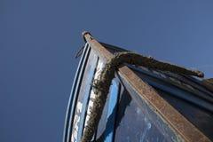 Uppåtriktad sikt av en skeppför som ser upp på klar blå himmel arkivbild