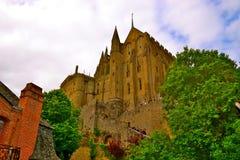 Uppåtriktad sikt av Le Mont Saint-Michel Royaltyfri Fotografi