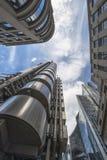 Uppåtriktad sikt av moderna skyskrapor i staden av London Royaltyfri Fotografi