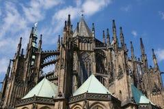 Uppåtriktad sikt av Sten Vitus Cathedral, Prague slott Royaltyfri Foto