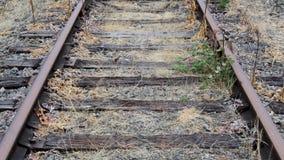 Uppåtriktat pannaskott av tomma lantliga järnvägspår på en mulen dag lager videofilmer