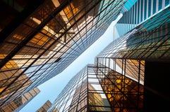 Uppåtriktat perspektiv av glass kommersiella skyskrapor, Hong Kong Royaltyfri Fotografi