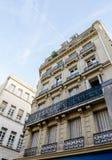 Uppåtriktat perspektiv av klassiska Paris byggnader Arkivbild