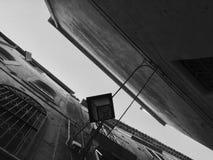 Uppåtriktat perspektiv för liten gata Fotografering för Bildbyråer