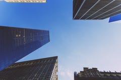 Uppåtriktat perspektiv för skyskrapor i Manhattan New York Fotografering för Bildbyråer