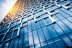 Upp att se skyskrapor med horisont Arkivbild
