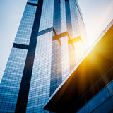 Upp att se skyskrapor med horisont i Shanghai Royaltyfri Bild