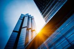 Upp att se skyskrapor med horisont i Shanghai Royaltyfria Foton