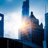Upp att se skyskrapor med horisont i Shanghai det finansiella området Royaltyfri Fotografi
