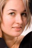 Upp de levage de femmes son cheveu Photos stock