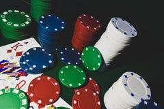 Upp det nära fotografiet av att spela kort och buntar av pokerchiper royaltyfri foto