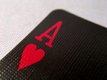 Upp för slut/makro - svart spela kort - Ace av hjärtor royaltyfria bilder