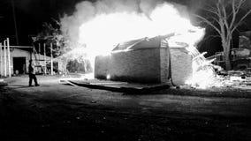 Upp i flammor Arkivfoton