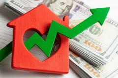 Upp pil och hus med pengar p? vit tr?bakgrund r royaltyfri foto
