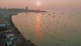 Upp sikt av fartyg och skeppet i den Pattaya fjärden i solstrålar under picturasquesolnedgång arkivfilmer