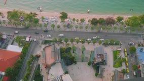 Upp sikt av strandvägen, fjärden och den Pattaya stranden arkivfilmer