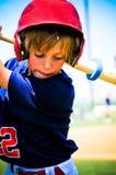 Svängande slagträ för baseballpojke Royaltyfri Bild
