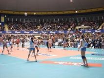 upp varm volleyboll Arkivfoto