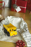 Uppackade barns julklapp Royaltyfria Bilder