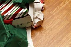 Uppackade julgåvor och rivet inpackningspapper Royaltyfria Bilder