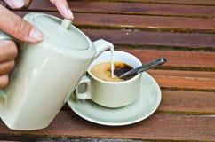 uppassare för kaffehandserve Royaltyfri Foto