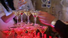 Uppassare Giving The Champagne lager videofilmer