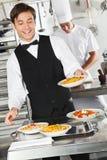 Uppassare Holding Pasta Dish Arkivbild