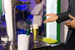 Uppassare med exponeringsglas av öl i bar fotografering för bildbyråer