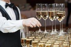 Uppassare med exponeringsglas av champagne Arkivfoton