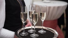 Uppassare med exponeringsglas av champagne stock video