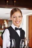 Uppassare med vinexponeringsglas i hotell Arkivbilder