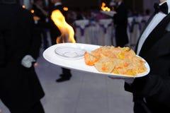 Uppassare Serving Plate med brand Arkivbilder