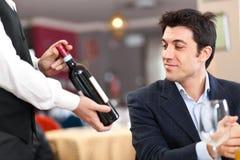 Uppassare som föreslår wine arkivfoton