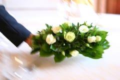 Uppassare som sätter blommor på tabellen Royaltyfri Bild