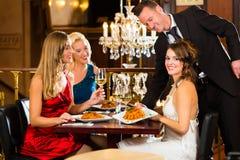 Uppassare tjänad som matställe i en fin restaurang Arkivfoto