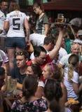 Uppassarearbete som omges av tyska turister i bierstrassegata för El Arenal Mallorca fotografering för bildbyråer