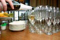 Uppassaren häller champagne Royaltyfri Fotografi