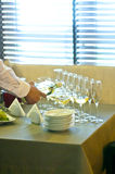 Uppassaren häller vin in i exponeringsglas Fotografering för Bildbyråer