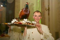 Uppassaren med magasinet i en rysk restaurang Arkivbild
