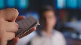 Uppassaren på restaurangen accepterar beställningen, skriver beställningen i en anteckningsbok arkivfilmer