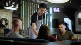Uppassareportiongäster i kafé lager videofilmer